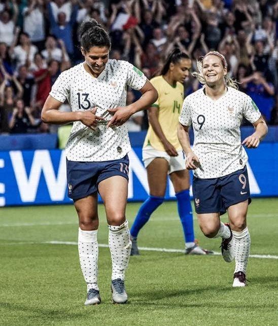 Valérie Gauvin et Eugénie Le Sommer célébrant un but des Bleues contre le Brésil en huitième de finale de la coupe du monde 2019