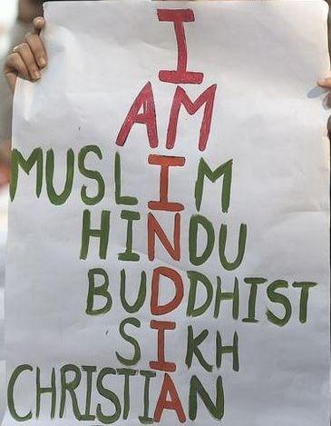 Une manifestante brandissant une inscription avec les principales religions de l'Inde.