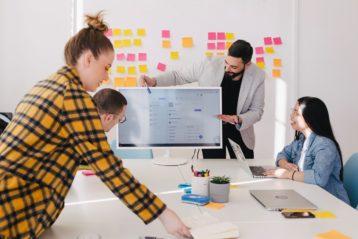 Des cadres d'une entreprise, dont des femmes, en réunion de travail.