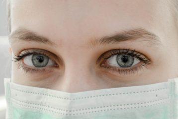 Une jeune fille avec un masque sur la bouche et le nez.