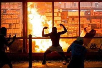 Une scène d'émeutes avec incendie.