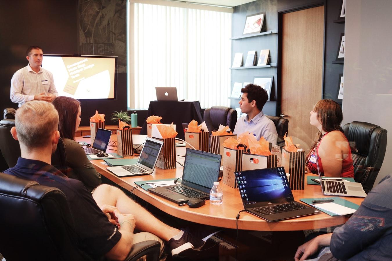 Une réunion de travail. (Crédits photo : Unsplash).